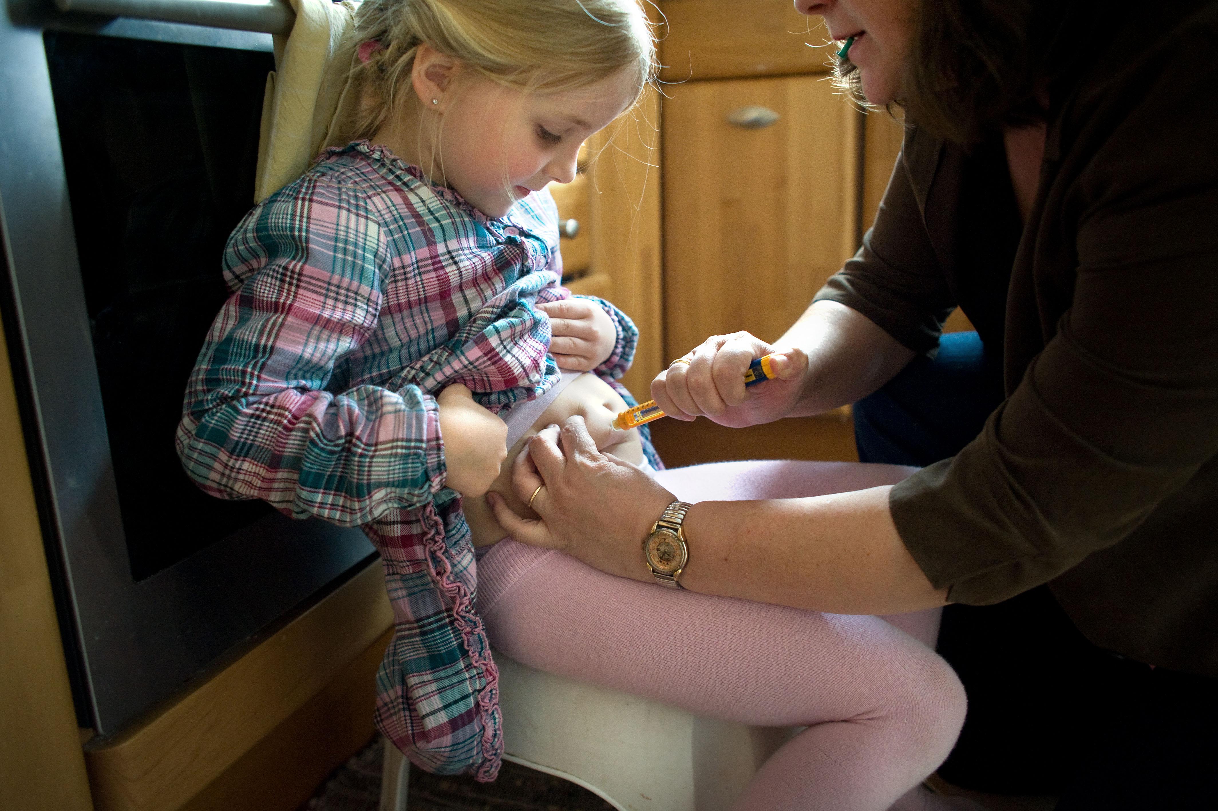 Das Leben mit einem Diabethikerwarnhund. Luisa hat Diabetes. Um mit der Krankheit besser leben zu können bekam sie von ihren Eltern einen Diabethikerwarnhund. Der Hund erkennt schon am Atemgeruch wenn der Blutzuckerspiegel sinkt. Ohne ihn müsste alle 10 Minuten gemessen werden. Die Mutter verabreicht Luisa mit einem Pen eine der 5 täglichen Insulininjektionen in ihrem Bauch in der Küche.