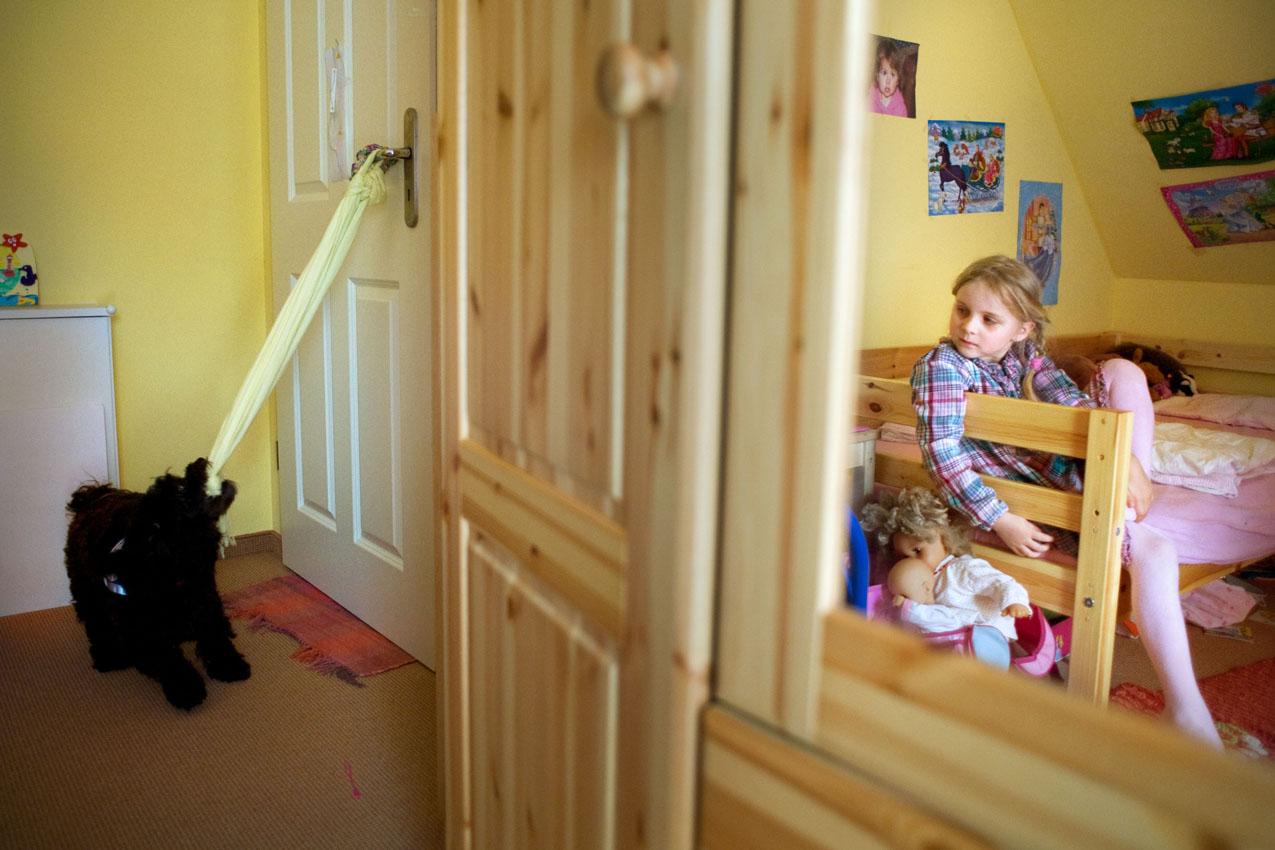 Das Leben mit einem Diabethikerwarnhund. Luisa hat Diabetes. Um mit der Krankheit besser leben zu können bekam sie von ihren Eltern einen Diabethikerwarnhund. Der Hund erkennt schon am Atemgeruch wenn der Blutzuckerspiegel sinkt. Ohne ihn müsste alle 10 Minuten gemessen werden. Im Kinderzimmer übt Luisa mit ihrem Hund für den Notfall. Im Falle einer Unterzuckerung öffnet Bolle die Tür und holt Hilfe. Dafür hängt immer ein Schall an der Türklinke.