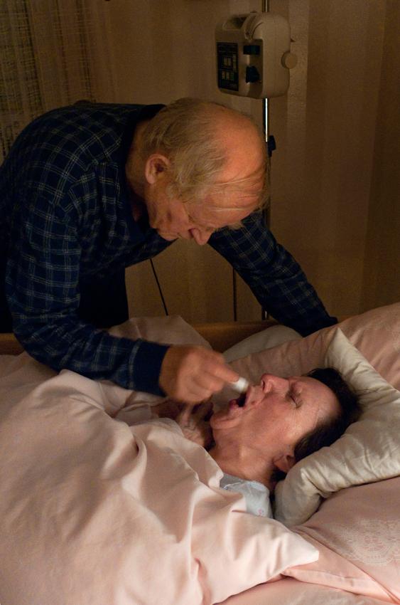 Ein Tag Deutschland, 07.05.2010, 59329 Wadersloh, NRW: 80 jähriger Mann pflegt seine an Multisystematrophie (MSA) erkrankte palliative 77 jährige Frau zu Hause.  Nächtliche Lippenpflege.