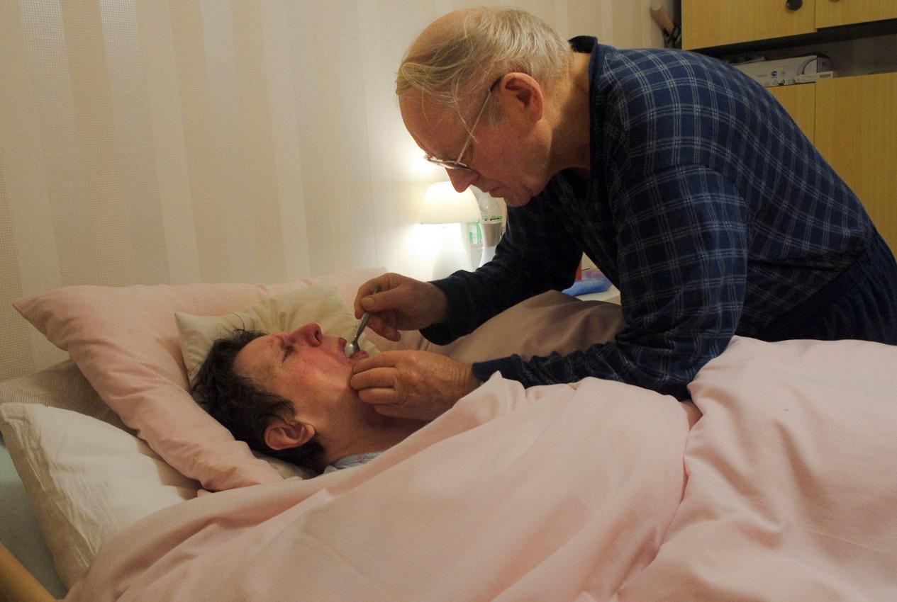 Ein Tag Deutschland, 07.05.2010, 59329 Wadersloh, NRW: 80 jähriger Mann pflegt seine an Multisystematrophie (MSA) erkrankte palliative 77 jährige Frau zu Hause.  Eine zusätzliche Tablette gegen Muskelkrämpfe ist nötig.