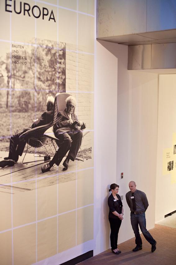 """Freitagabend wurden im Museum MARTa Herford drei verschiedene Architektur-Ausstellungen eroffnet. Museumsmitarbeiter vor dem Eingang zur Ausstellung """"Richard Neutra in Europa. Bauten und Projekte 1960 bis 1970""""."""