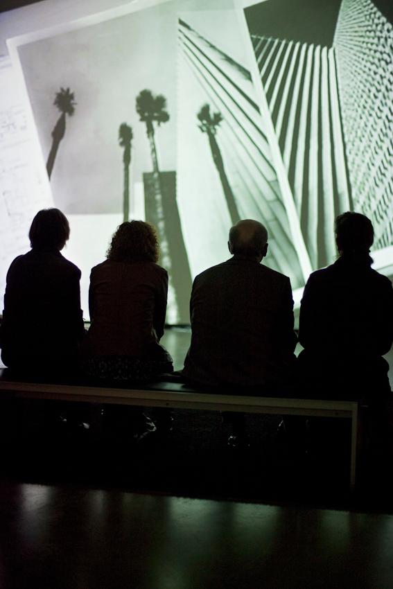 """Freitagabend wurden im Museum MARTa Herford drei verschiedene Architektur-Ausstellungen eröffnet. Vernissagebesucher in der Ausstellung """"Richard Neutra in Europa. Bauten und Projekte 1960 bis 1970"""""""