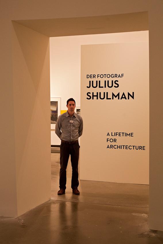 """Freitagabend wurden im Museum MARTa Herford drei verschiedene Architektur-Ausstellungen eröffnet. Museumsmitarbeiter vor dem Durchgang zu der Ausstellung """"A Lifetime for Architecture. Der Fotograf  Julius Shulman"""""""