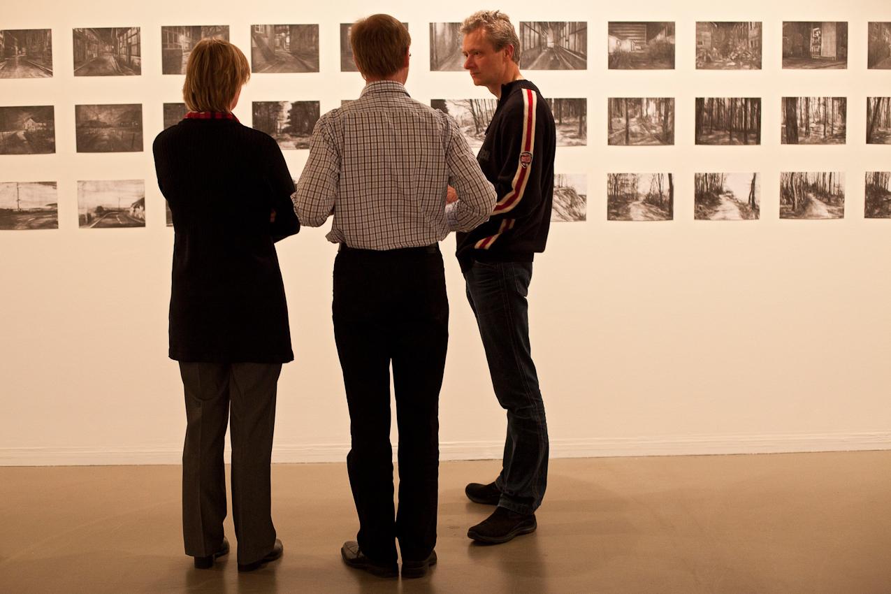 """Freitagabend wurden im Museum MARTa Herford drei verschiedene Architektur-Ausstellungen eröffnet. Ausstellungsbesucher vor Zeichnungen der Ausstellung """"Landnahme"""" von Stephan Morsch."""