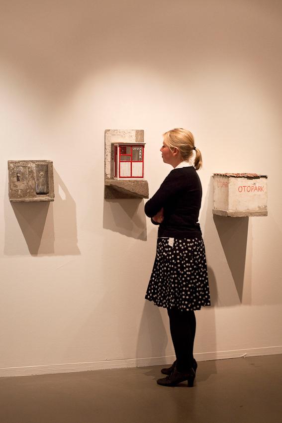 """Freitagabend wurden im Museum MARTa Herford drei verschiedene Architektur-Ausstellungen eröffnet. Eine Ausstellungsbesucherin betrachtet Objekte in der Ausstellung """"Landnahme"""" von Stephan Morsch."""