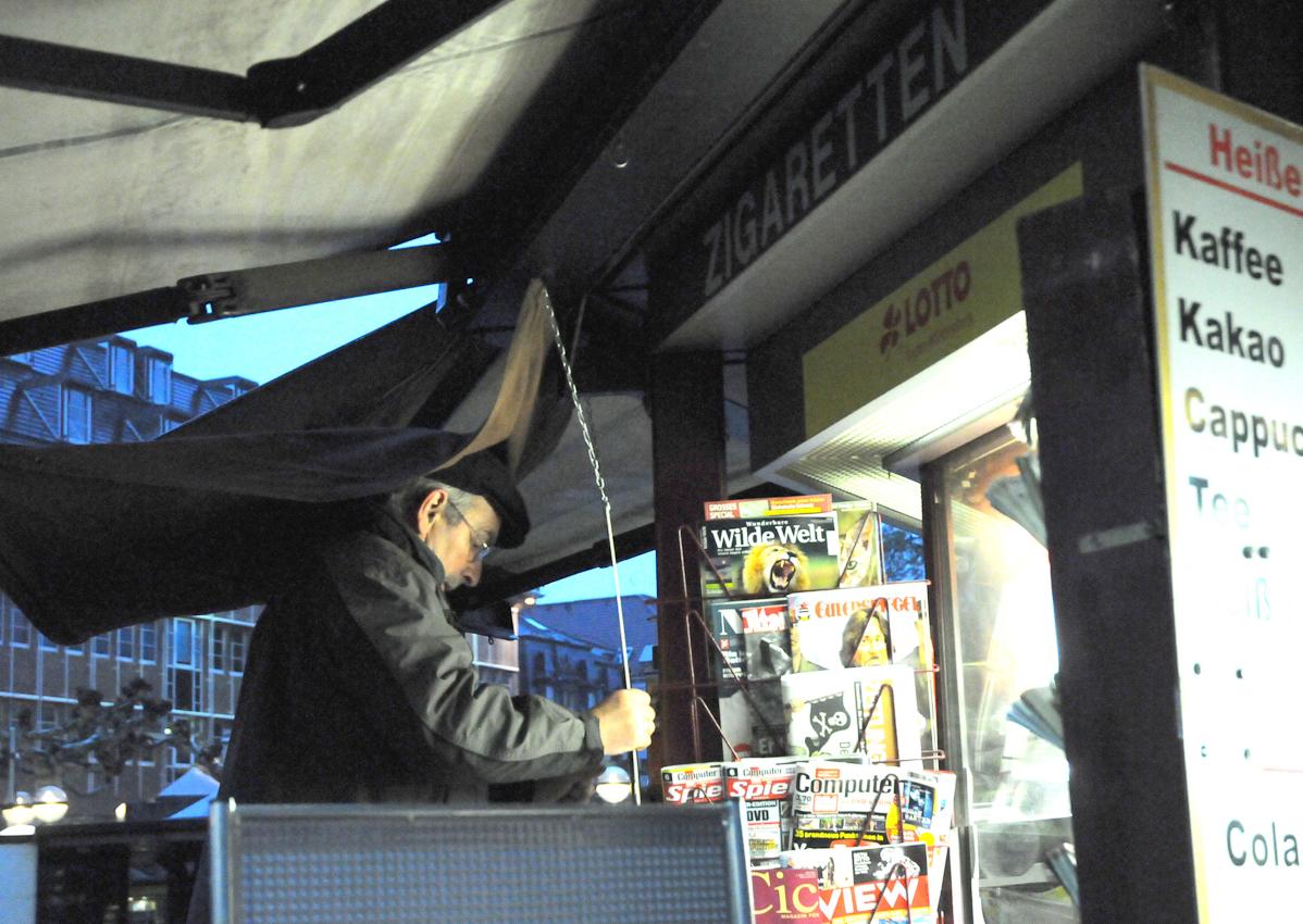 Heidelberg, Bismarckplatz am frühen Morgen. Der Kiosk öffnet