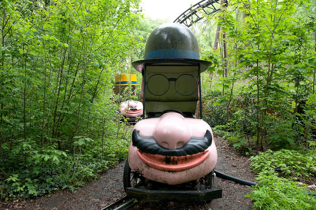 Spreepark Planterwald. Der Vergnugungspark - im Norden des Planterwaldes gelegen- wurde 1969 als VEB Kulturpark Planterwald eröffnet.Er war der einzige ständige Vergnügungspark der DDR. Zu DDR-Zeiten kamen bis zu 1,7 Millionen Besucher jährlich. 1992-2001 als Spreepark geführt. Seit dem Jahr 2002 wurde der Park nicht mehr fur Besucher geöffnet.  Beschreibung Motiv:  Chapeau Claque -  die Hutbahn