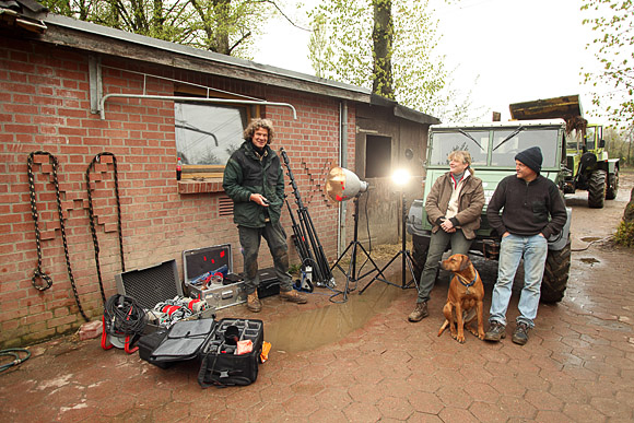 """Making off auf der Location, am Freitag, den 07. Mai nach acht Stunden Produktion.  Von links nach rechts: Markus Heimbach, (Fotograf), Florence Le Beau, (Züchterin) Hund Rhodesian Ridgeback """"Jack"""" (verspielt, noch),  Volker Linde (Züchter), Unimog U 411 (Allrad) und der MB Track (Allrad)"""