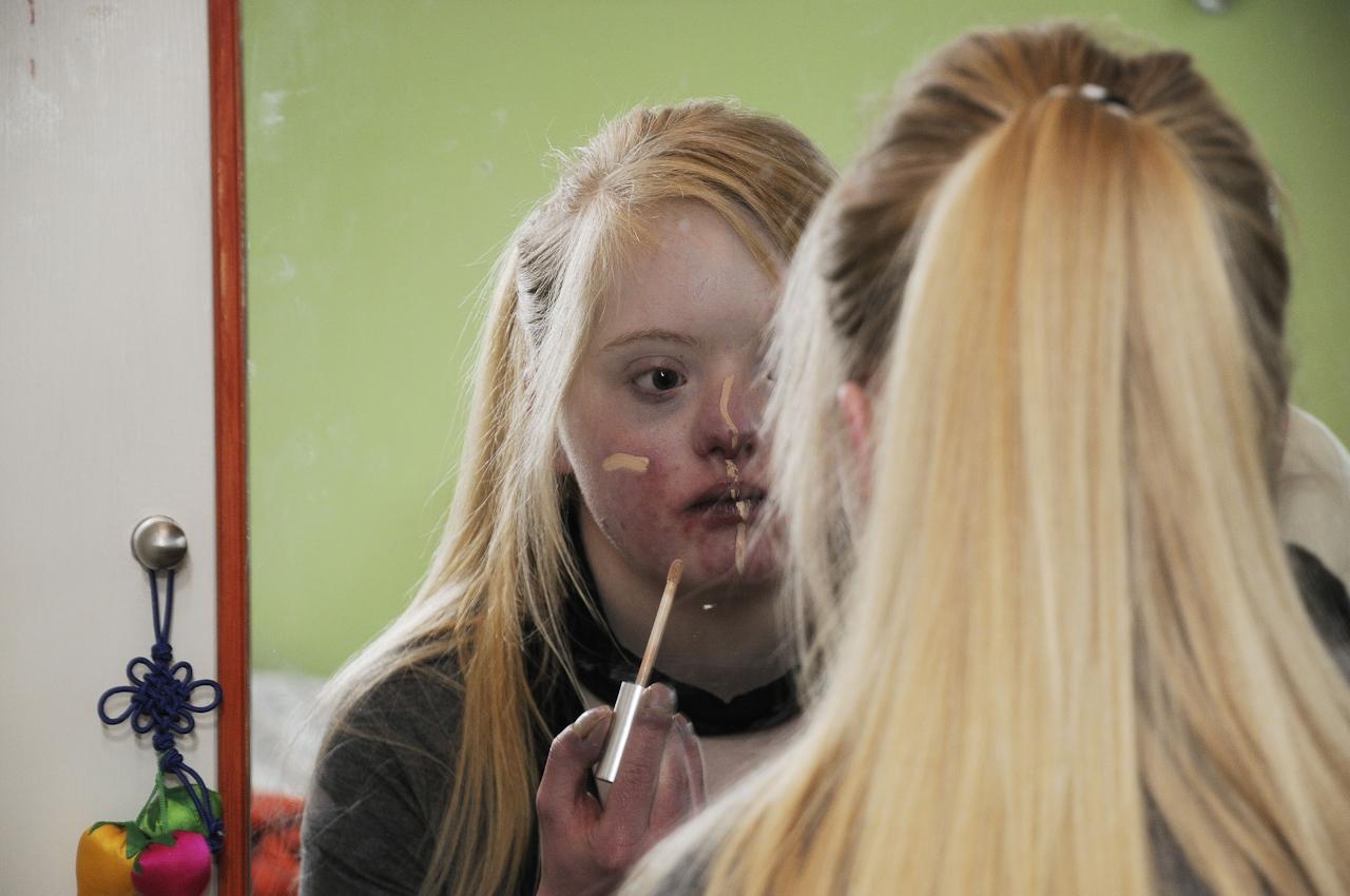 Keke, eine junge Frau, 18 Jahre, lebt mit dem Down-Syndrom (Trisomie 21). Die Familie versucht ein normales Leben zu fuehren. Keke ist meist gut drauf, selten erlebt man sie traurig oder verzagt. Sie nimmt das Leben wie es ist. Auf dem Foto schminkt sie sich, wie alle jungen Frauen.