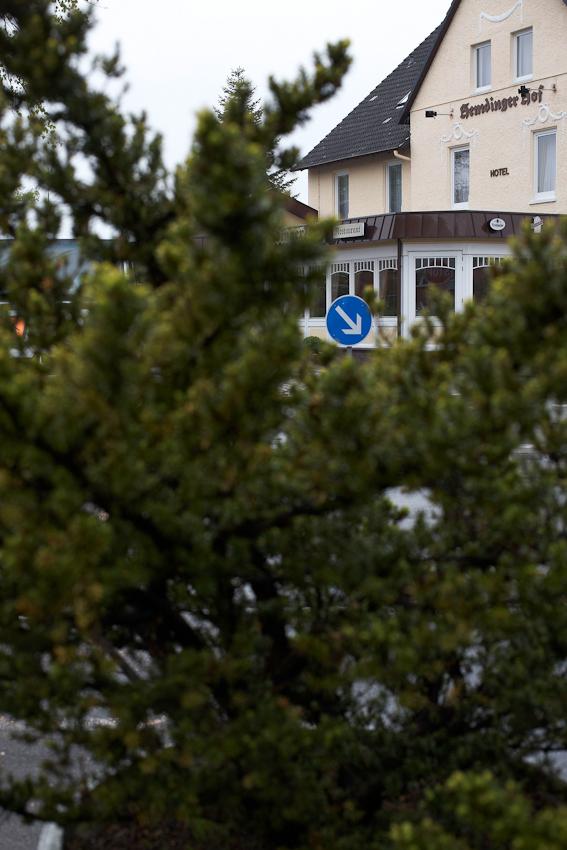 Die Insel, Bild 5, wurde aufgenommen an einer Verkehrsinsel in der Mitte von 25485 Hemdingen, einem Dorf in Schleswig Holstein, zwischen 9.00 und 10.00 Uhr vormittags.
