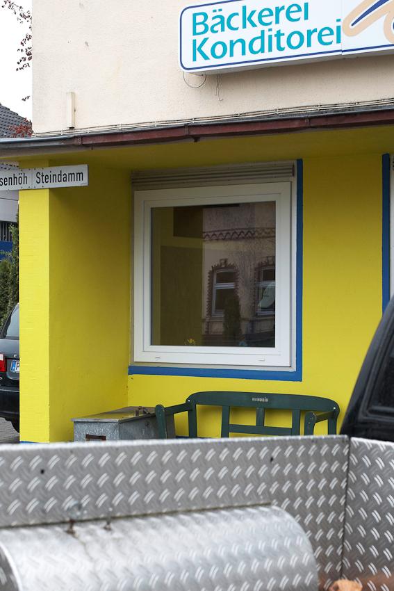 Die Insel, Bild 6, wurde aufgenommen nahe der Verkehrsinsel in der Mitte von 25485 Hemdingen, einem Dorf in Schleswig Holstein, zwischen 9.00 und 10.00 Uhr vormittags.