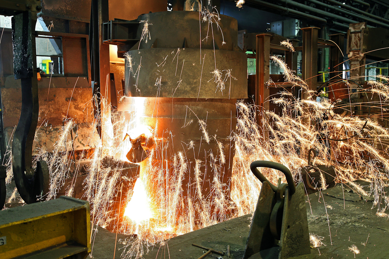 Ein weiterer Schritt zur Vorbereitung fuer den Eisenguss sind Zusaetze von Magnesium und verbessern die Entschwefelungswirkung des. Calciumcarbids. Magnesium verdampft unmittelbar beim Einbringen in das Roheisenbad. Es entsteht dadurch ein normaler starker Funkenflug. Das Verfahren in dieser Eisengiesserei wird seit ca. 160 Jahren fast unveraendert fortgefuehrt. Noch heute ist diese Eisengiesserei ein Unternehmen mit kontinuierlichem Absatz. Die Eisengussprodukte dienen meist als Gehaeuse fuer grosse Turbinenanlagen, Kokillen oder Gehaeuse von Schiffsmotoren. Eisenguss in der Eisengiesserei der Friedrich - Wilhelms- Huette in Muelheim / Ruhr