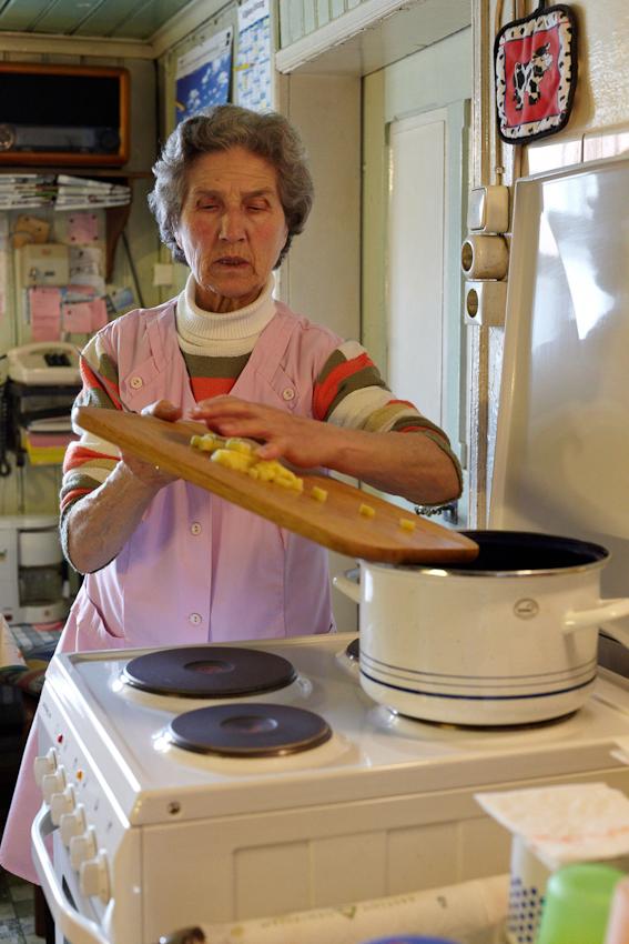 Während Siegfried draußen auf dem Feld arbeitet, kocht Sophie eine Gemüsesuppe. Sie ist immer dort, wo sie gerade gebraucht wird. Im Stall, in der Küche, auf dem Feld oder beim Kühe eintreiben.