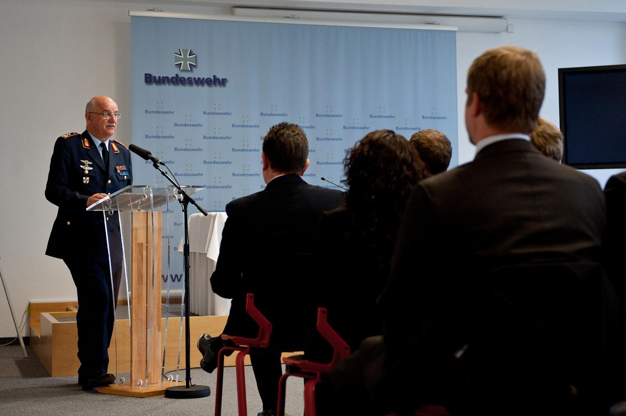 Der stellvertretende Generalinspekteur der Bundeswehr, Generalleutnant Johann-Georg Dora, spricht zu den Teilnehmern des Manfred-Wörner-Seminars 2010 im Gästecasino des Verteidigungsministeriums im Bendlerblock in Berlin.
