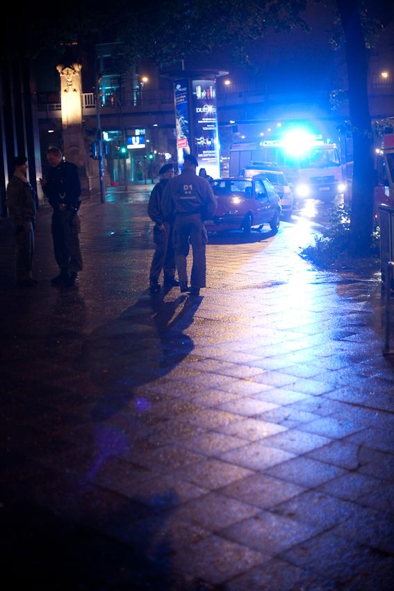 Berlin, 7. Mai 2010, 0.48 Uhr morgens. Potsdamerstr., Polizeieinsatz an der Commerzbankfiliale hoehe Buelowstr.  Es wurden verdaechtige Personen im Vorraum gemeldet.