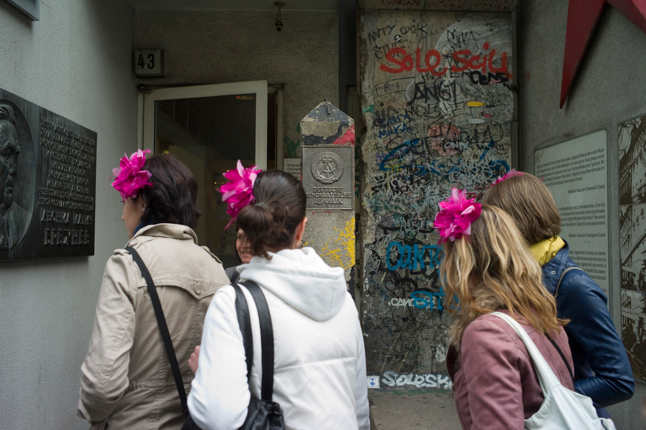 """Touristen in Berlin. Touristen vor dem Museum """"Haus am Checkpoint Charlie""""."""