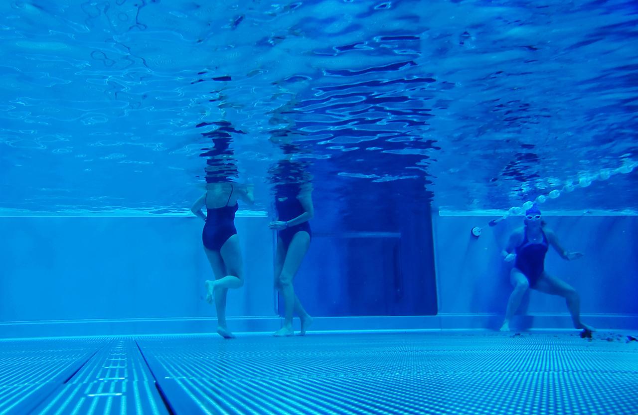 Der Frühschwimmclub des Bäderland Hamburg findet im Kaifu Bad täglich von 6 bis 9 Uhr statt. Viele Menschen treffen sich hier um den Tag zu beginnen. Man schwimmt oder läuft im Becken hin und her, unterhält sich dabei oder zieht einfach nur schweigend fur sich Bahnen.