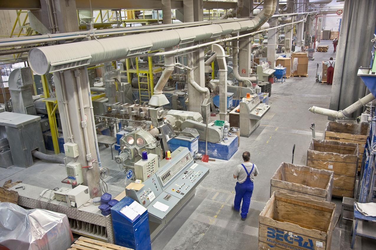Das Produktionsunternehmen BEGRA GmbH ist führender Anbieter auf dem Gebiet von PVC-Granulaten und Dryblends. Diese werden als Ausgangsmaterial fur die Herstellung verschiedenster Industrie- und Konsumprodukte benötigt. Das Berliner Werk im Stadtteil Reinickendorf unter der Leitung von Dipl.-Ing.Andreas Klamt produziert seit 1972 mit größter Flexibilitat und absoluter Termintreue. Blick in die Produktionshalle. 13407 Berlin-Reinickendorf, Werkteil Berlin der BEGRA GmbH