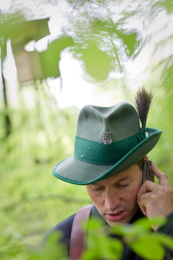 Brahmwald, Oedelsheim, Oberweser. Förster Gunter Mantel telefoniert mit seinem Forstmeister, der in einem anderen Teil des Reviers mit Waldarbeitern Buchen schlägt. Mantel ist per Handy auch im Wald immer erreichbar. Im Hintergrund ist ein neuer Hochsitz zu sehen.