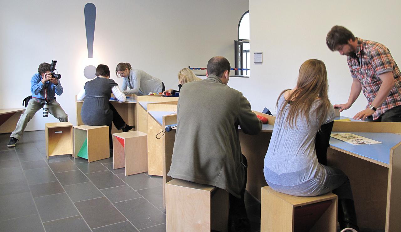 Thorsten Indra fotografiert im Mathematikum Gießen, wie Lehrer das Museum erkunden.