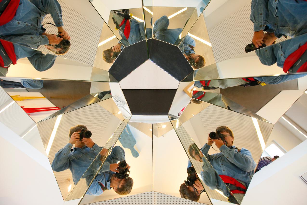Thorsten Indra fotografiert im Mathematikum Gießen, und findet sich selbst ein einem der Exponate wieder.
