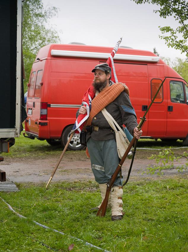 """Virginia (Spielname) eines Mitglieds der 5. Virginia Infantry. Eine Gruppe von Hobby Bürgerkriegern, die regelmäßig Szenen aus dem amerikanischen Unabhängigkeitskrieg nachstellen.  In Rottleberode im Südharz bauten sie an diesem Tag ihr Feldlager fur die """"Parade der Geschichten"""" auf. Diese Parade wird seit einigen Jahren von der Berliner """"Manthey Event GmbH"""" auf dem Gelände einer Gipsfabrik veranstaltet."""