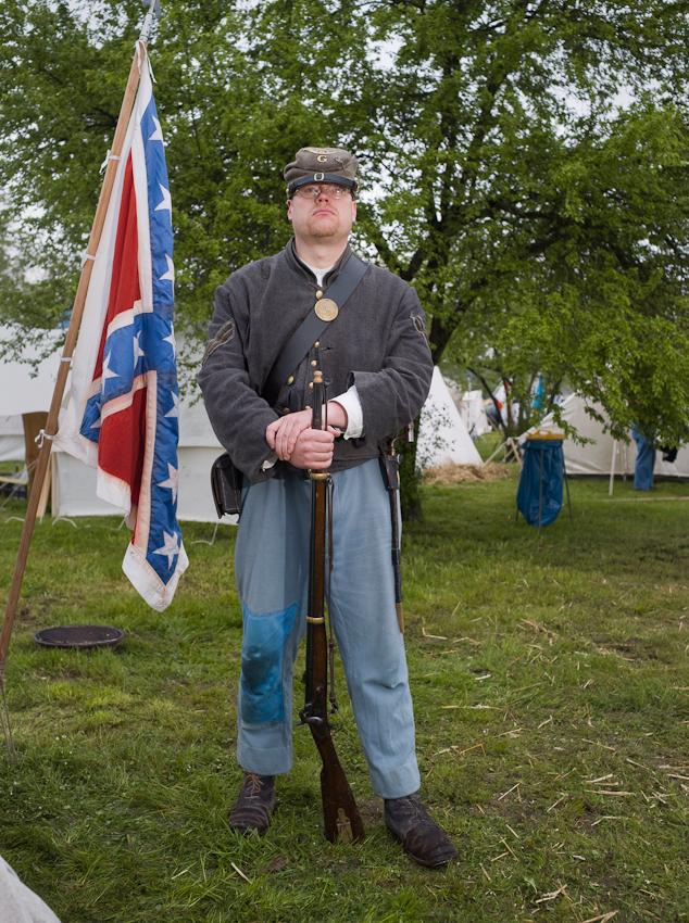 """Henning Falke, Corporal der 8th Virginia Infantry. Eine Gruppe von Hobby Bürgerkriegern, die regelmäßig Szenen aus dem amerikanischen Unabhängigkeitskrieg nachstellen.  In Rottleberode im Südharz bauten sie an diesem Tag ihr Feldlager fur die """"Parade der Geschichten"""" auf. Diese Parade wird seit einigen Jahren von der Berliner """"Manthey Event GmbH"""" auf dem Gelände einer Gipsfabrik veranstaltet."""