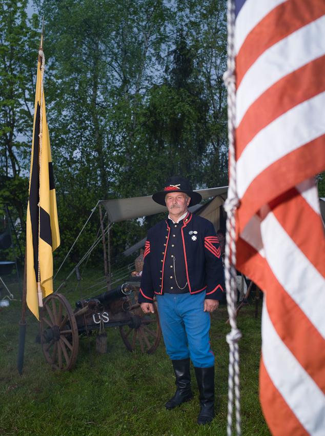 """Peter Schäfer, Sergent der 6. Heavy Artillery, Regiment New York. Eine Gruppe von Hobby Bürgerkriegern, die regelmäßig Szenen aus dem amerikanischen Unabhängigkeitskrieg nachstellen.  In Rottleberode im Südharz bauten sie an diesem Tag ihr Feldlager fur die """"Parade der Geschichten"""" auf. Diese Parade wird seit einigen Jahren von der Berliner """"Manthey Event GmbH"""" auf dem Gelände einer Gipsfabrik veranstaltet."""