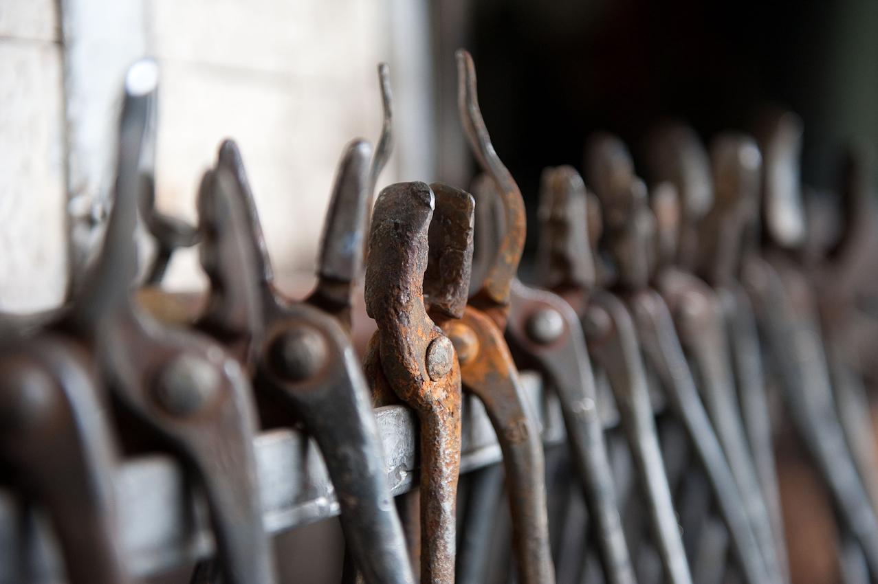 Den Werkzeugen in Lothar Klutes Kunstschmiede in der Waldemai in Schmallenberg-Niedersorpe sieht man an, dass sie wohl schon viele Kunstwerke hervorgebracht haben. - Dieses Bild wurde am 07.05.2010 um 11:22:10 Uhr in Schmallenberg-Niedersorpe (Sauerland, Deutschland) aufgenommen.