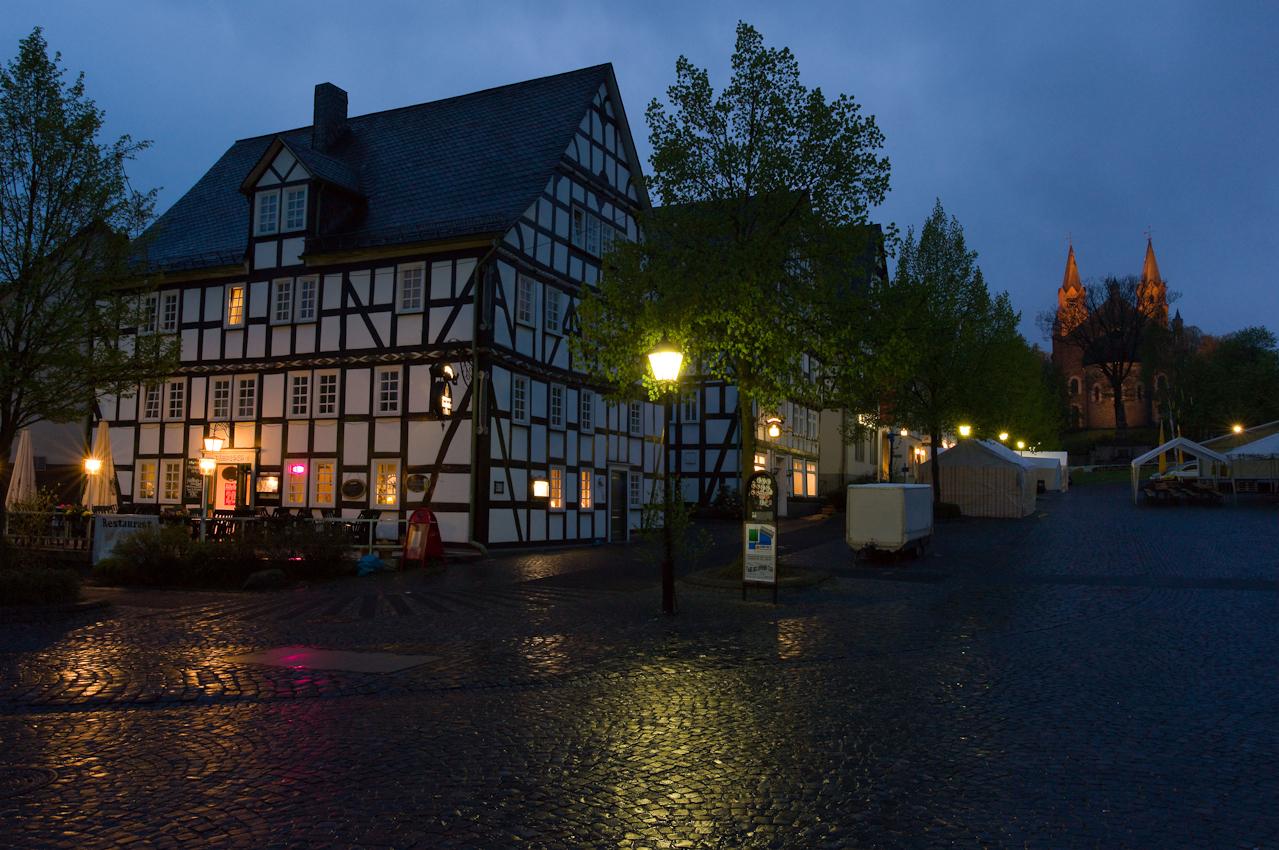 Auf dem Marktplatz von Hilchenbach im Siegerland stehen vor der evangelischen Kirche schon die Zelte fur das Frühlingsfest am folgenden Tag. - Dieses Bild wurde am 07.05.2010 um 21:18:27 Uhr in Hilchenbach (Siegerland, Deutschland) aufgenommen.