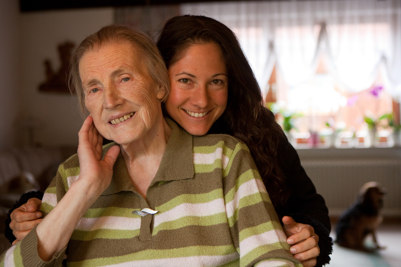 Meine Oma - Elfriede Buch mit ihrer Enkeltochter, Fotografin Ulla Lohmann