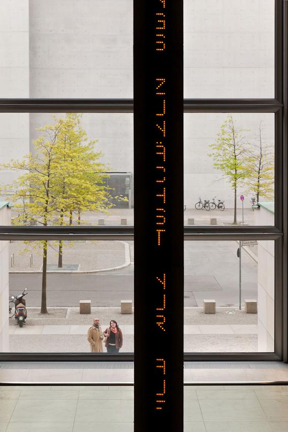 Reichstag, Nordeingang. Touristen schauen durch die Fenster des Reichstages auf das Kunstobjekt von Jenny Holzer.