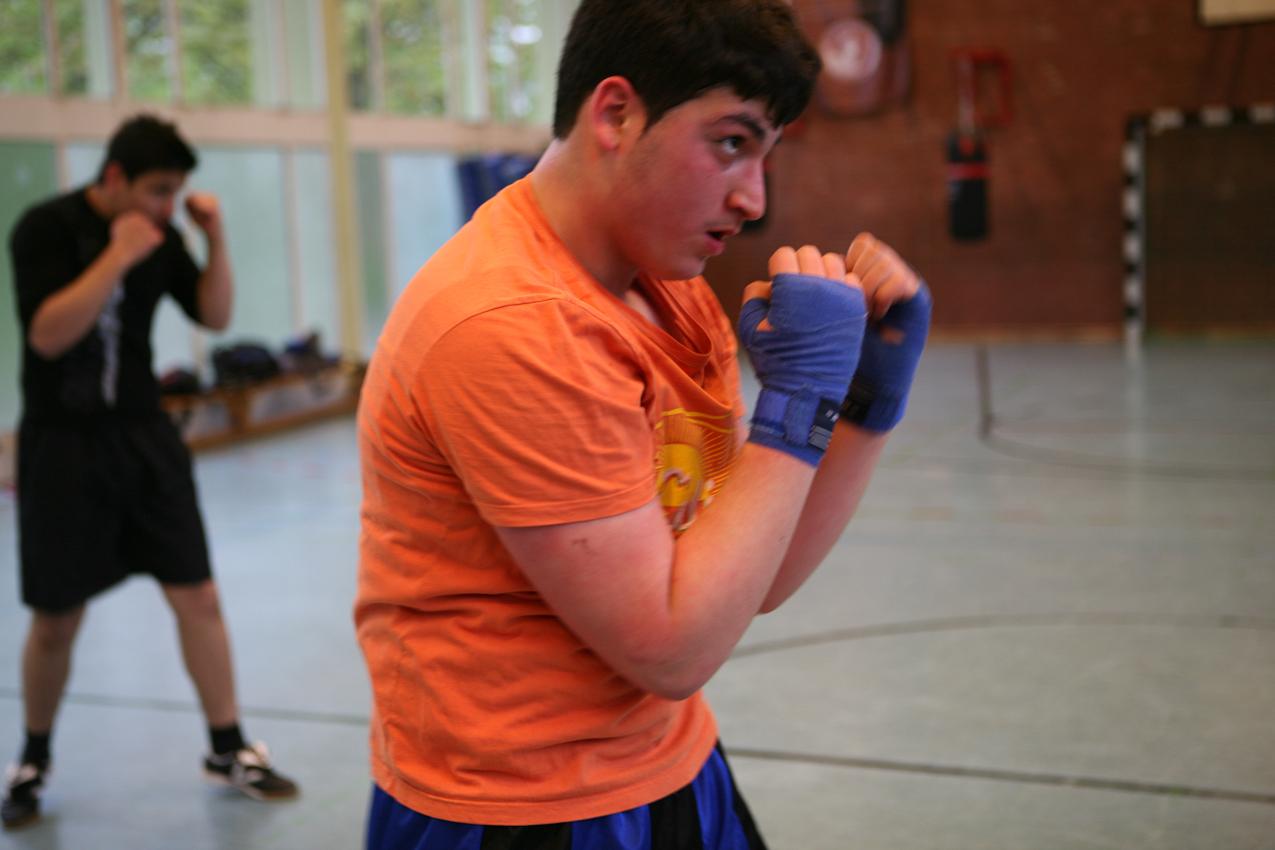 Schattenboxen gehört zum Training wie das Wickeln der Bandagen: Burak, 14, ganz konzentriert bei der Sache.