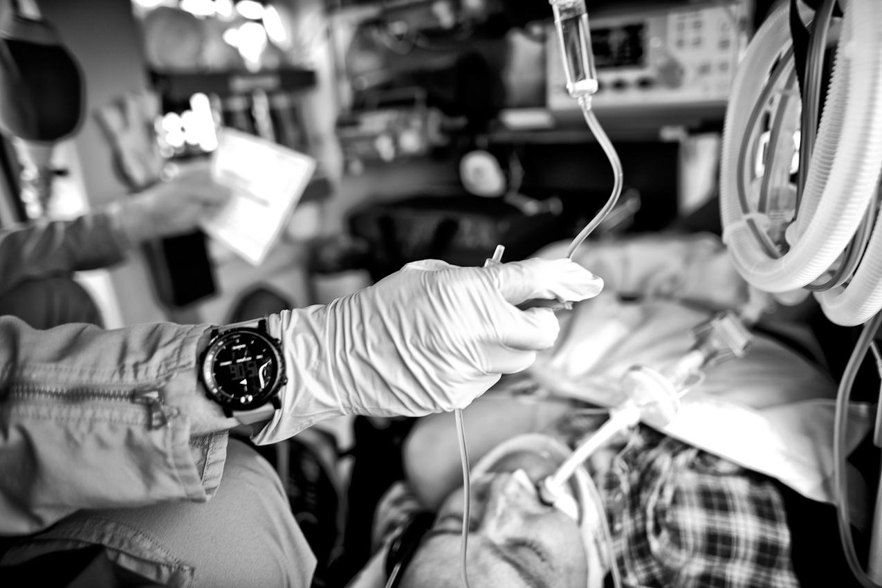 Oberstabsarzt Dr. med. Jens Schwietring reguliert während des Fluges die Infusion eines Patienten.