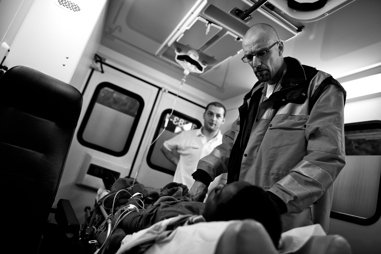 Oberstabsarzt Dr. med. Jens Schwietring untersucht einen 14-jährigen Patienten in seinem Rettungswagen.