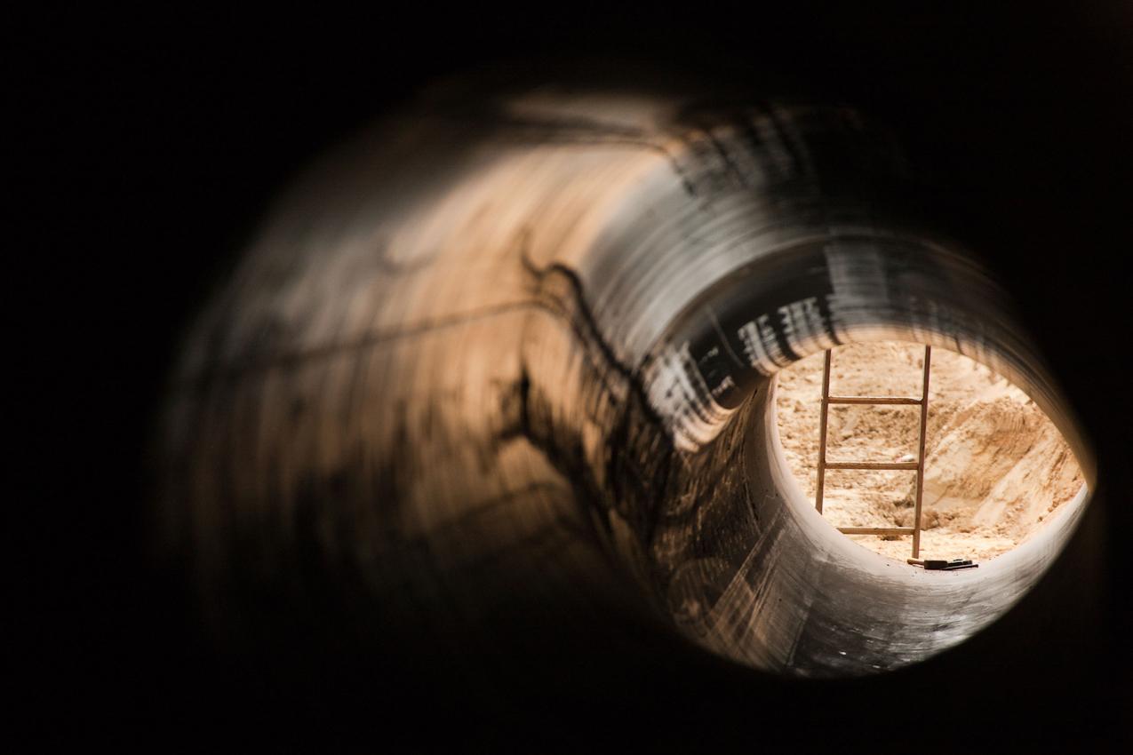 Die Ostsee-Pipeline-Anbindungs-Leitung wird ab 2011 auf dem 470k m langen Teilstück durch Deutschland zwischen Lubmin (an der Ostsee) und Olbernhau (an der Tschechischen Grenze) Erdgas aus Sibirien transportieren. Perspektive aus der Sicht einiger verlegter und verschwei?ter Rohrelemente auf ein Stück Deutschland bzw. Bauarbeiten: Rollwitz (Mecklenburg-Vorpommern), Blick auf Leiter und Sand im Graben.