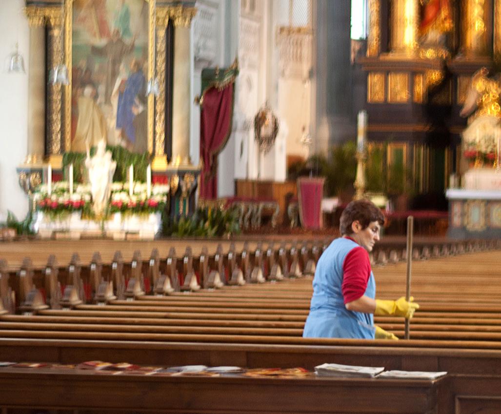 Die päpstliche Basilika St. Anna ist die gräßte Kirche in Altötting und bietet bis zu 8.000 Personen Platz. Ihr Bau wurde notwendig, als Altötting zu Beginn des 20. Jahrhunderts an das Eisenbahnnetz angeschlossen wurde und die vorhandenen Kirchen den anschwellenden Strom der Pilger nicht mehr aufnehmen konnten.