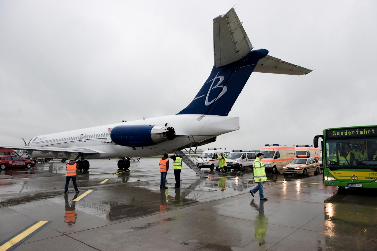 Die Charter Maschine der Gesellschaft Blue Line kommt mit den Kindern aus Angola auf dem Düsseldorfer Flughafen an.