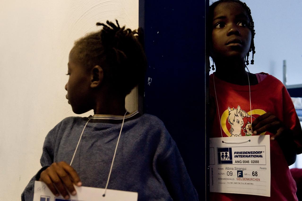 Zwei Mädchen aus Angola warten darauf, dass der Arzt sie untersucht.