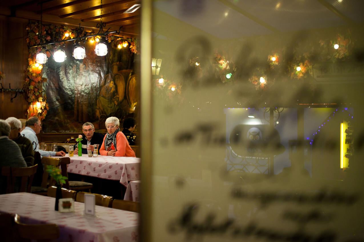 """Ein Abend im """"Drosselhof"""", einem Stimmungsokal in der Drosselgasse in Rüdesheim."""