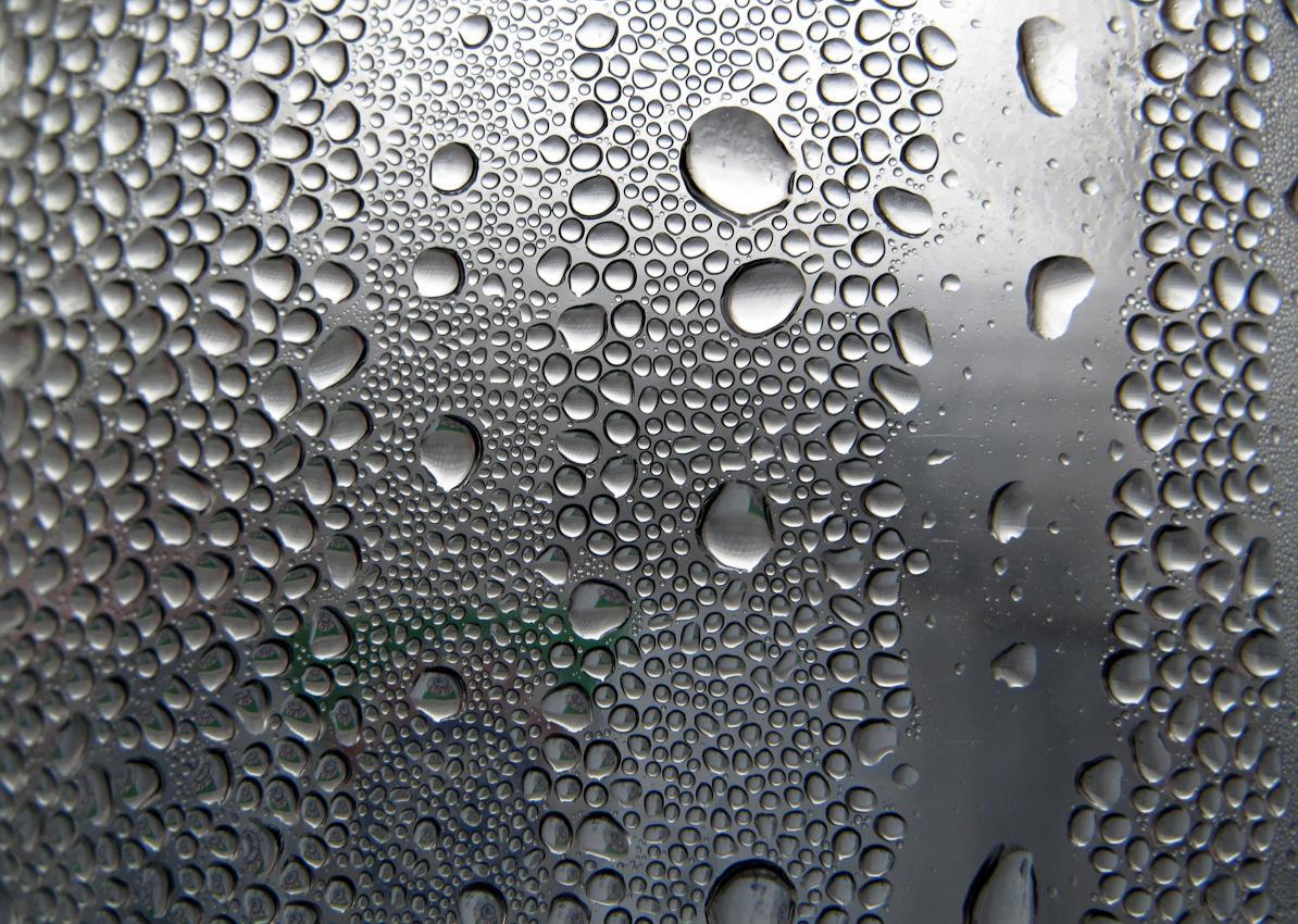 9:00 Uhr - Kondenswassertropfen in einer Mineralwasserflasche.