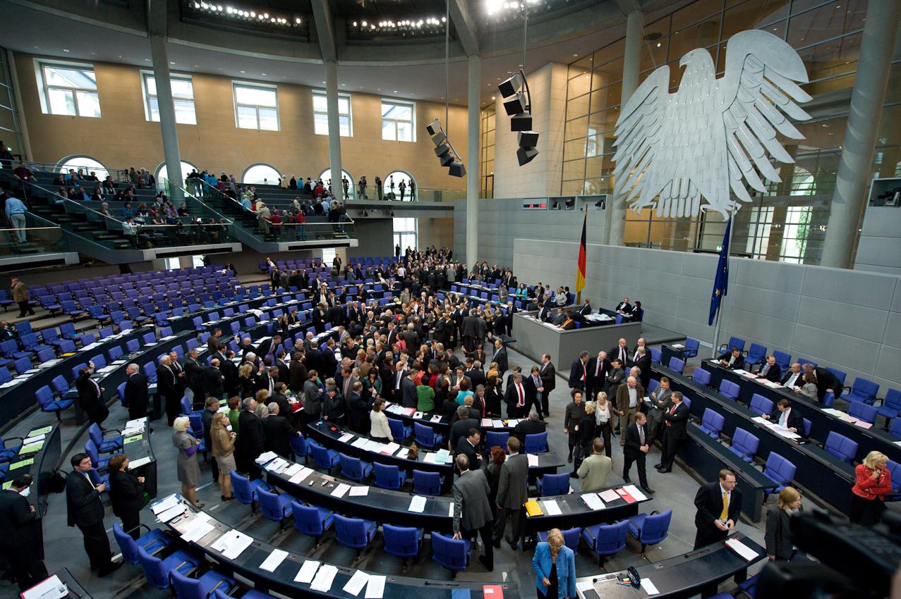 """07 MAI 2010, BERLIN/GERMANY: Namentliche Abstimmung nach der Bundestagsdebatte zur sog. Griechenlandhilfe, laut Tagesordnung """"Übernahme von Gewährleistungen zum Erhalt der für die Finanzstabilität in der Wahrungsunion erforderlichen Zahlungsfähigkeit der Hellenischen Republik (Währungsunion-Finanzstabilitätsgesetz - WFStG)"""", Plenum, Deutscher Bundestag"""