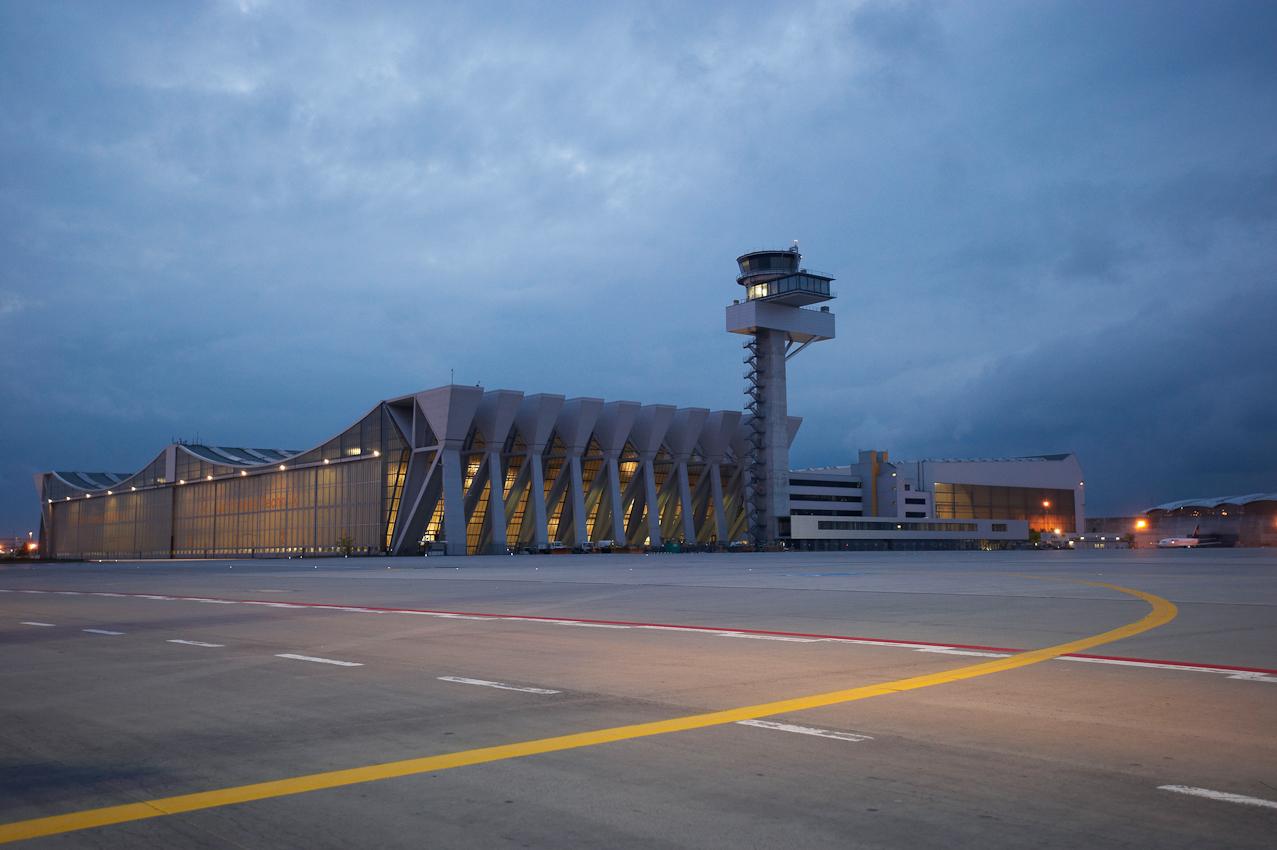 """Die """"Blaue Stunde"""" setzt die besondere Architektur der im Jahre 1972 fertiggestellten Wartungshalle V in Szene. Die Halle wird heute noch von der Lufthansa-Technik genutzt."""