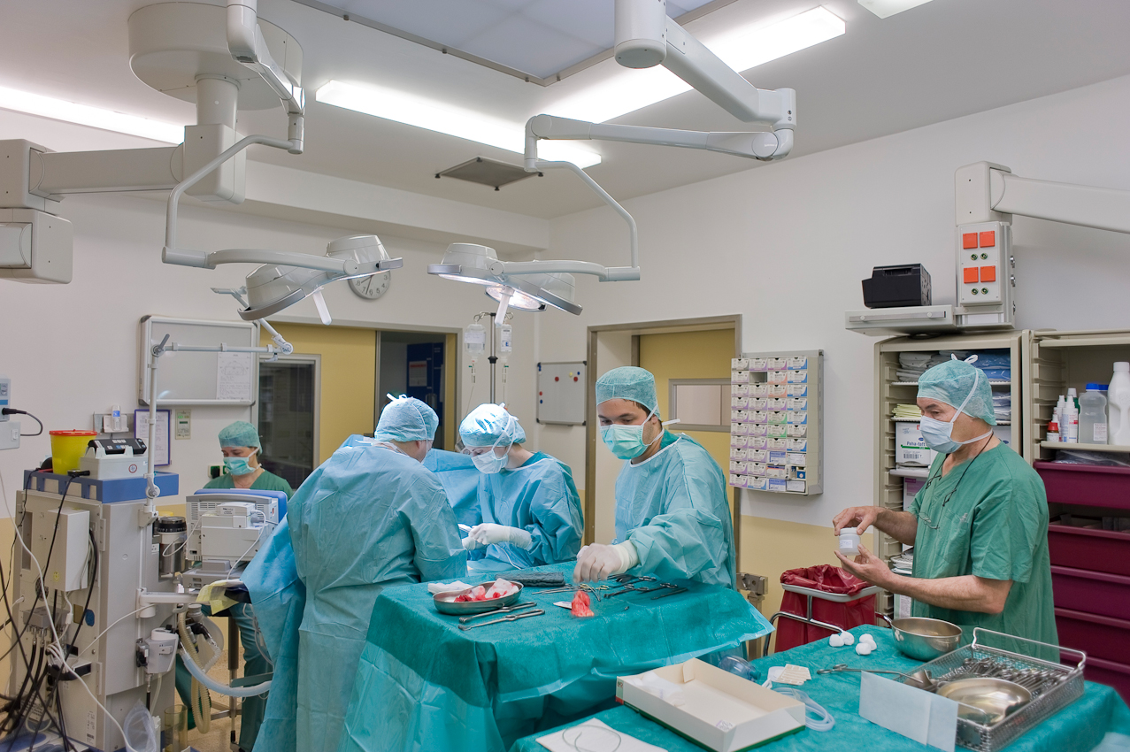 OP-Team unter der Leitung von Dr. med. Olaf Katzler (l.) bei Brustkrebs-Operation einer Patientin des Kooperativen Mammazentrums Hamburg, Krankenhaus Jerusalem.